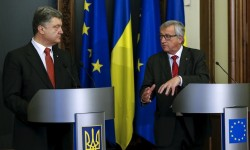 European Commission President Jean Claude Juncker (R) and Ukrainian President Petro Poroshenko take part in a news conference after their meeting in Kiev April 27, 2015.  REUTERS/Gleb Garanich