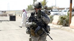 Солдат армии США докладывает по рации при патрулировании